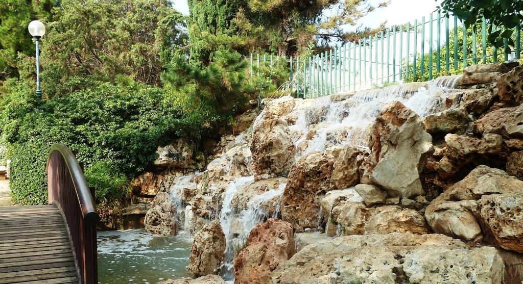 מפל מים בגן היפני בחולון